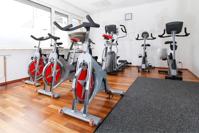 Oellerich Physiotherapie: Kursraum mit Cardio Trainingsgeräten
