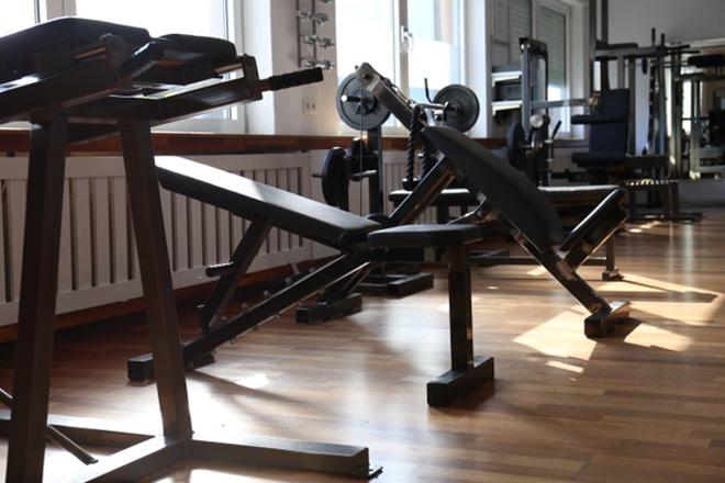 Medizinische Trainingstherapie MTT, Trainingsraum mit Geräten zur Rehabilitation