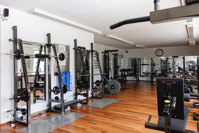 Oellerich Physiotherapie: Kursraum mit Trainingsgeräten