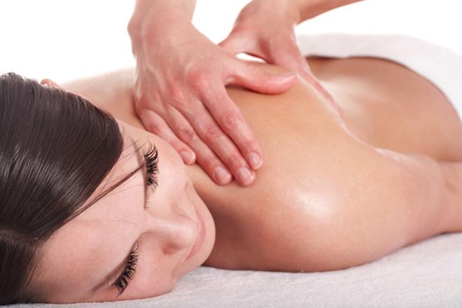 eine Frau bekommt eine Massage, Shiatsu