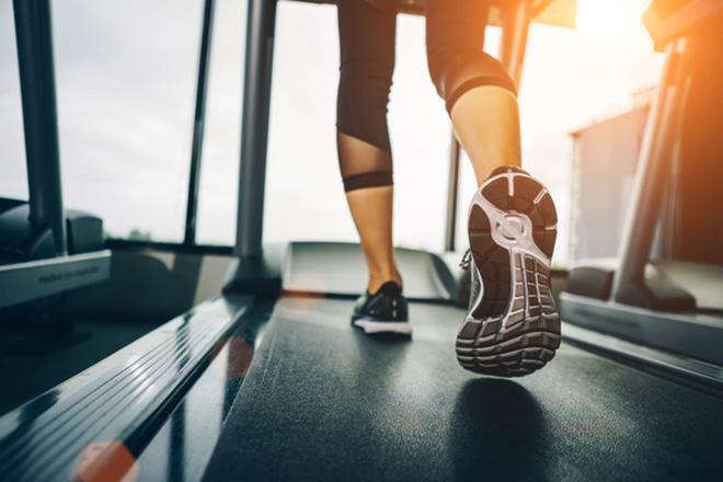 Sportcoaching: Frau auf einem Laufband